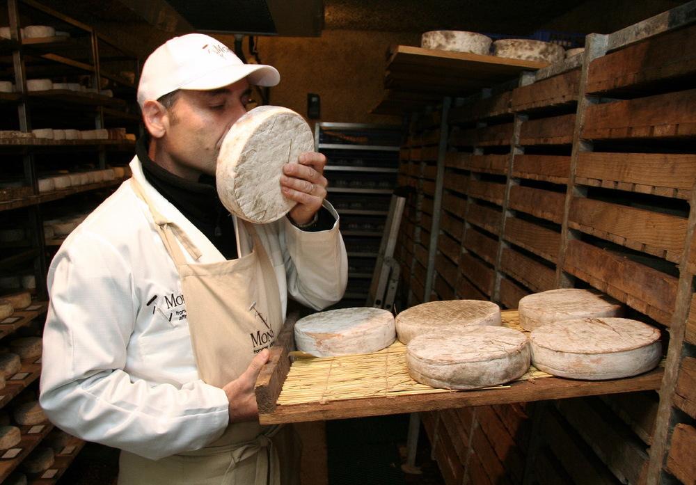 Chez Hervé Mons, affineur fromager