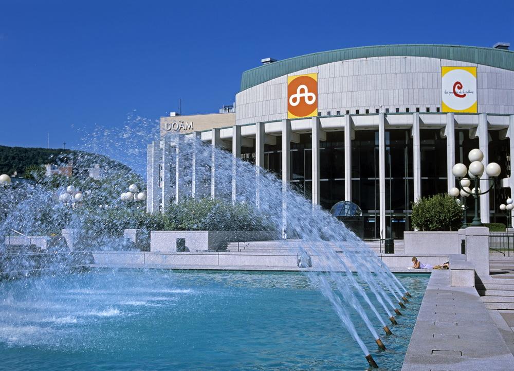 Place des Arts et ses jets d'eau si agréables l'été