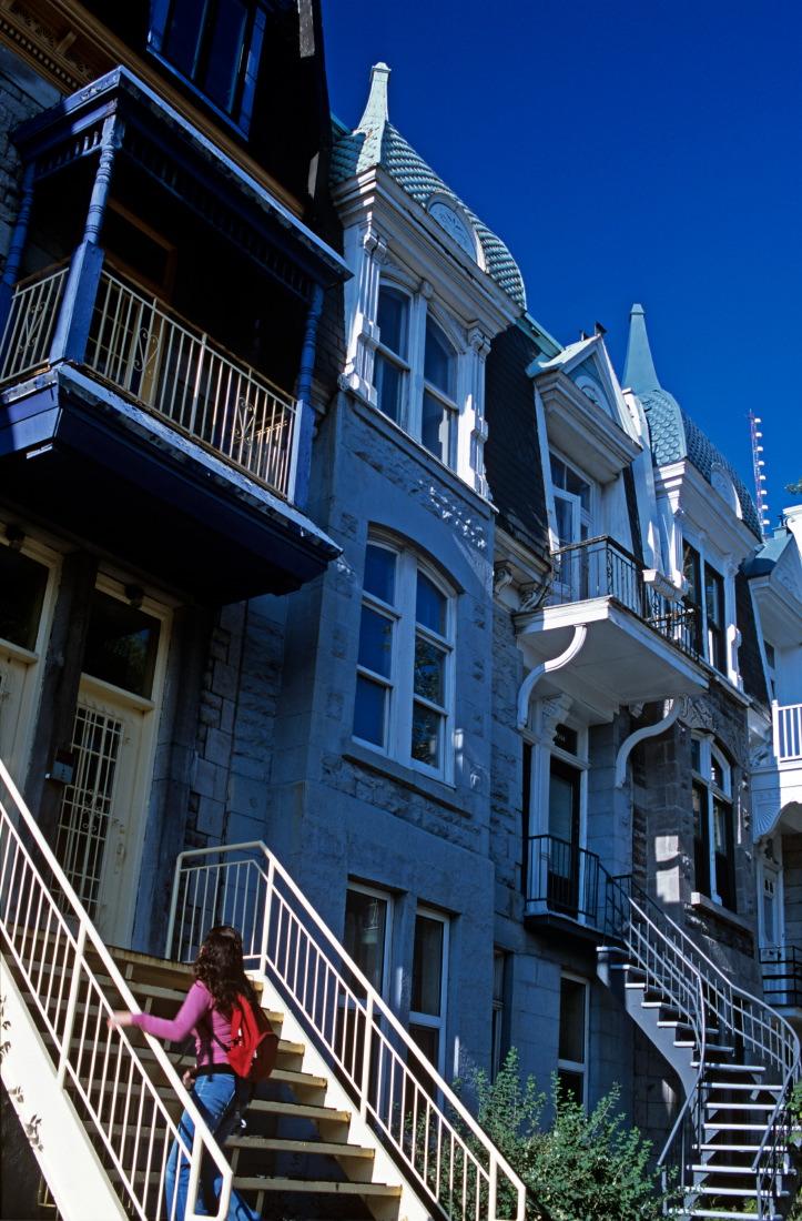 Rue Saint-Hubert, surréaliste avec le ciel bleu !