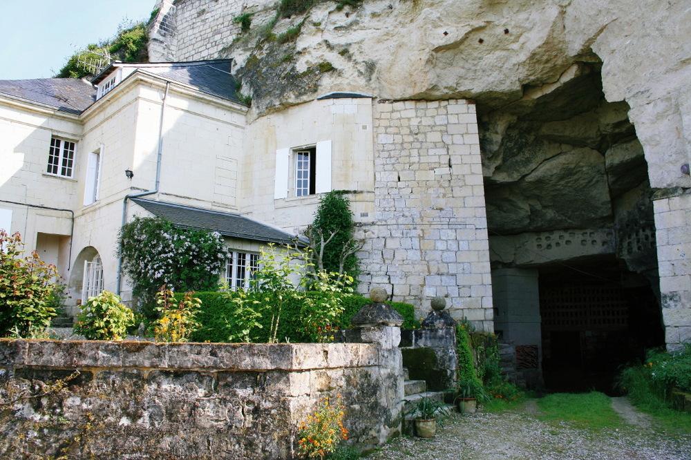 Domaine viticole lové au creux d'une falaise