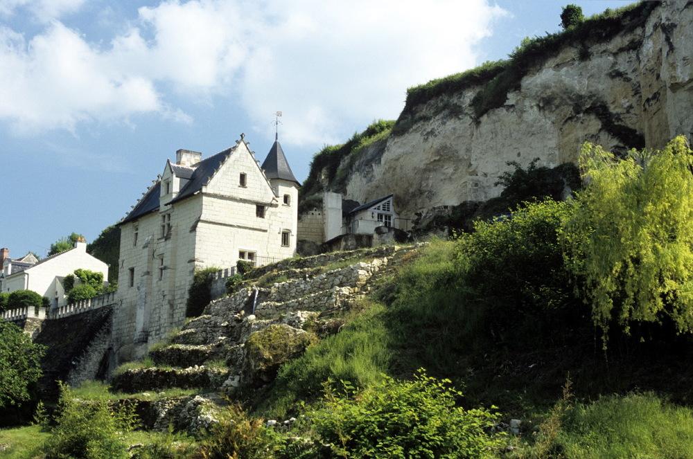 Maison à flanc de roches et à côté ses troglos