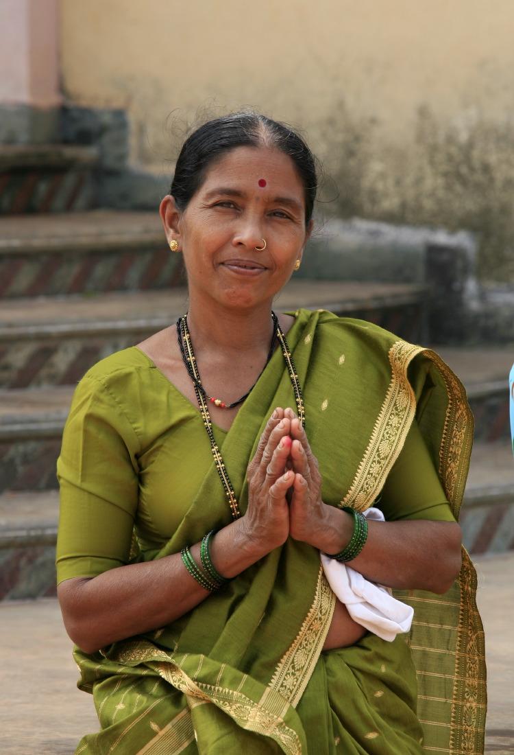 Femme en sari au Temple hindu, non loin de Ponda, Etat de Goa