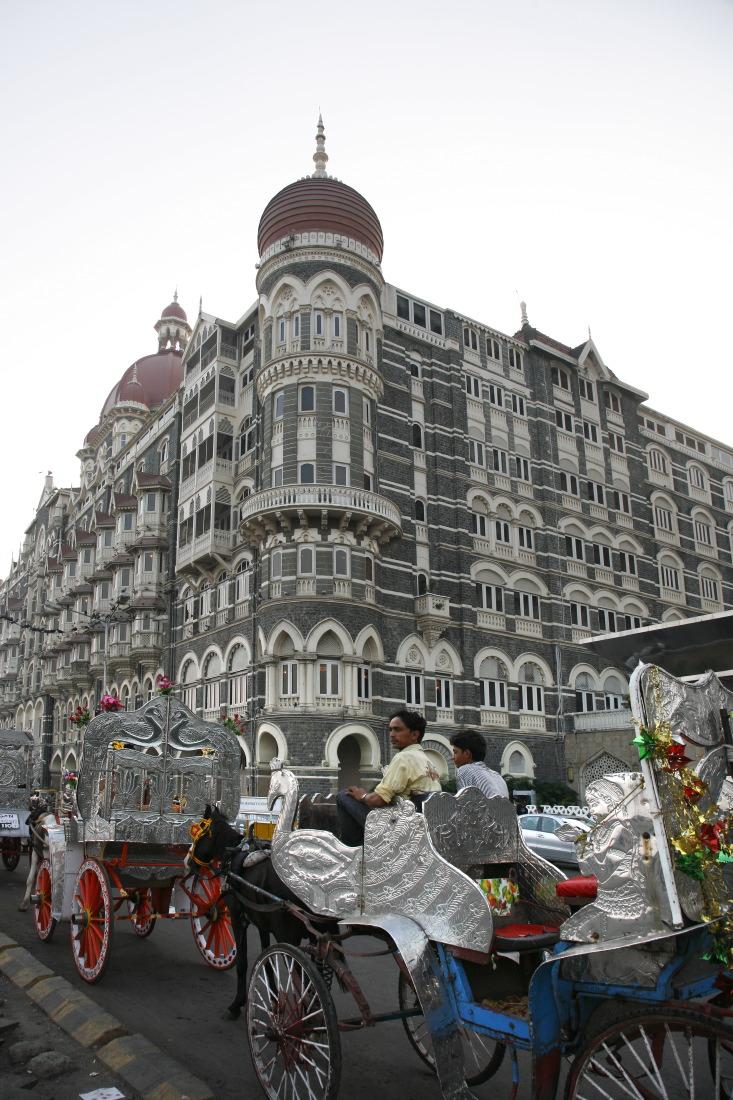 Le Taj Hotel de Mumbay donnat sur la place Appolo Bunder