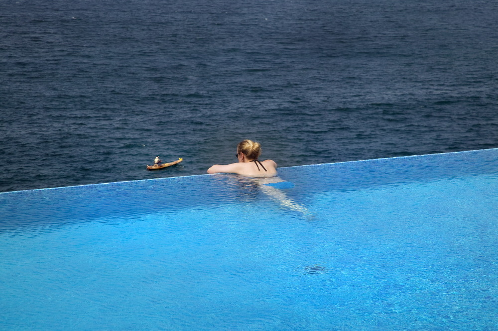 Piscine surplombant la Mer Arabe, au Leela, Kempinski Kovalam Beach Resort, Kovalam, Kerala