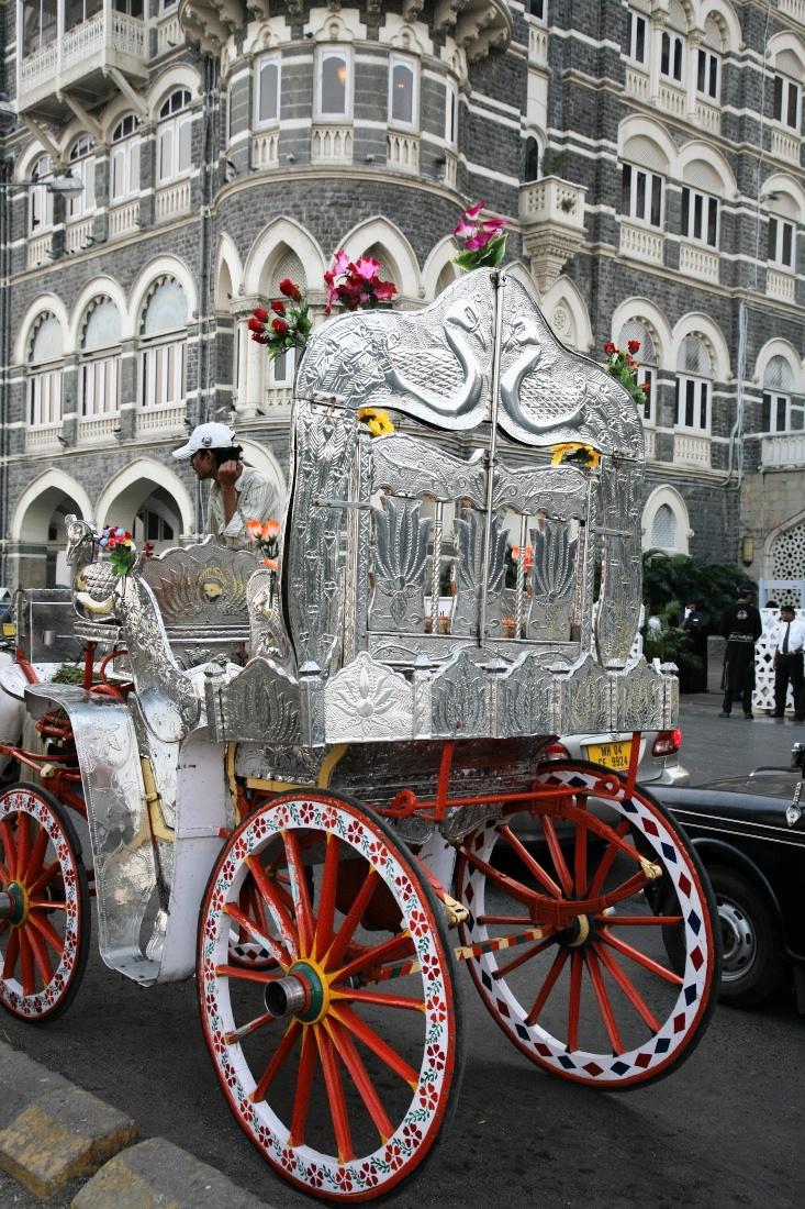 Les superbes 'barouches' en face du Taj Hotel, Mumbay/Bombay