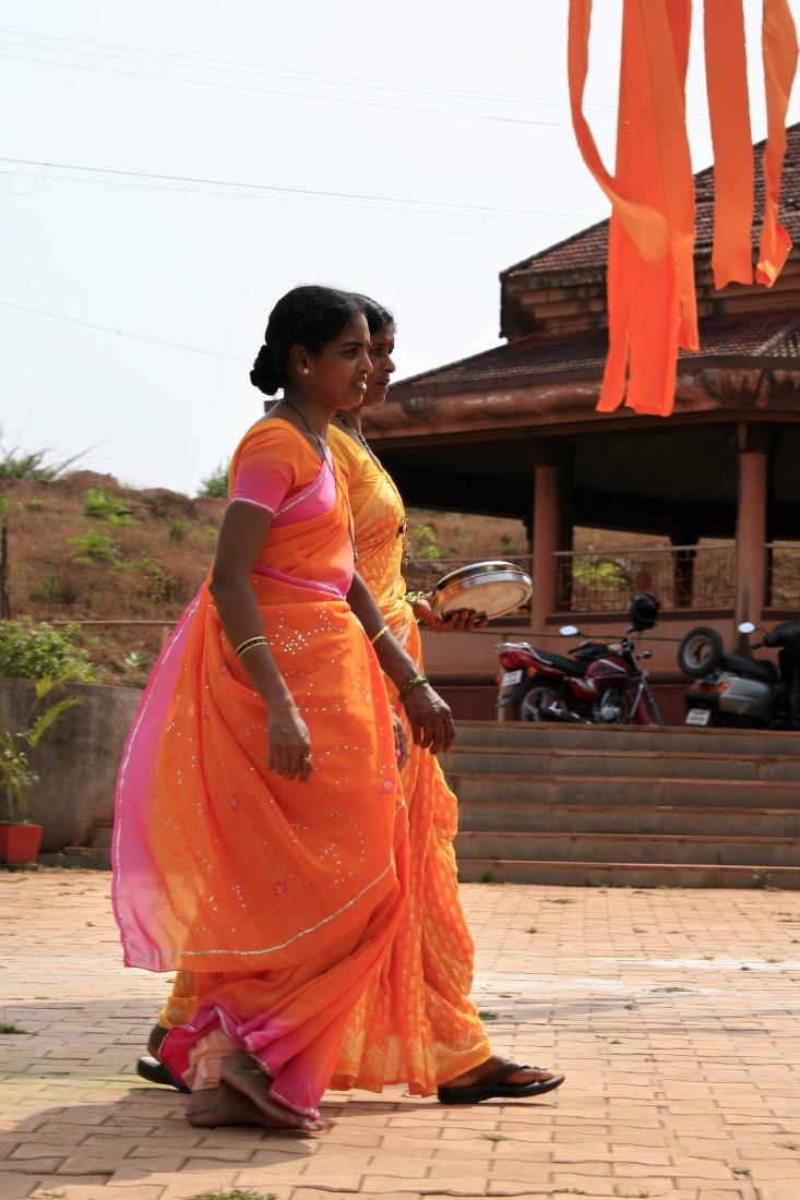 Femmes allant au temple hindu, Goa