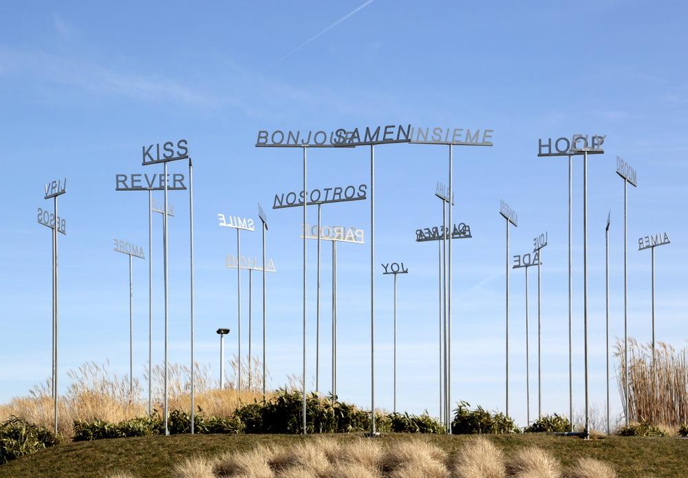 """""""30 mots en 7 langues"""" de Alessandro Filippini, à l'entrée de l'aéroport de Charleroi"""