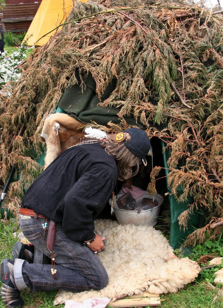 Jean prépare une hutte de sudation