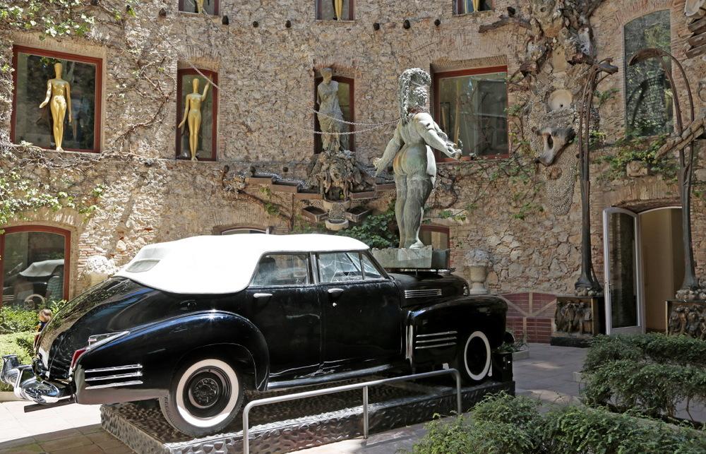 Cadillac dans la cour d'entrée du Musée-Théâtre de Dali