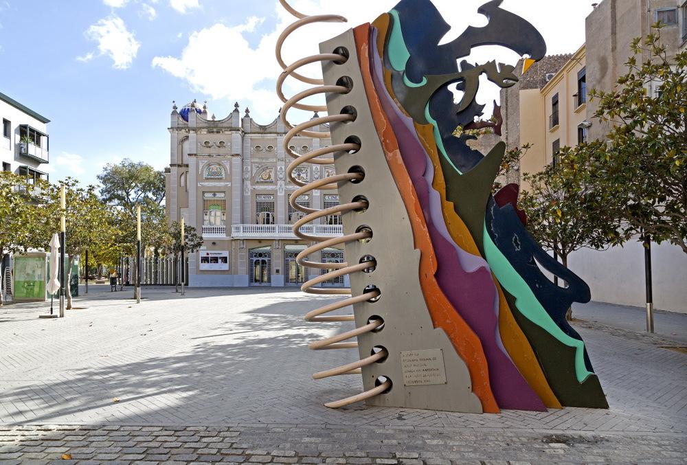 Sculpture moderne devant la théâtre 'El Jardi''