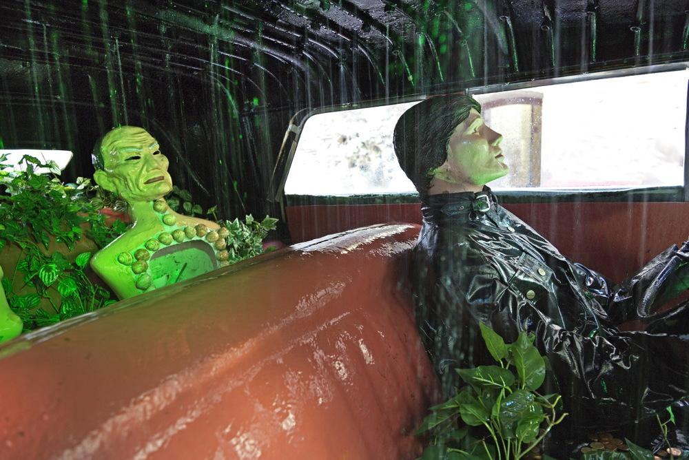 """Mise en scène surréaluste de """"la cadillac qui prend l'eau"""" à ne pas manquer dans le vestibule d'entrée © JJ Serol"""