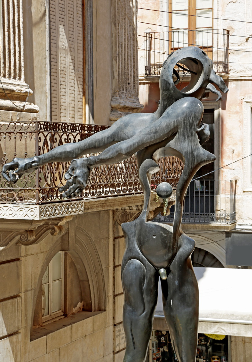 """""""Hommage à Newton"""", sculpture près du Musée Dali"""