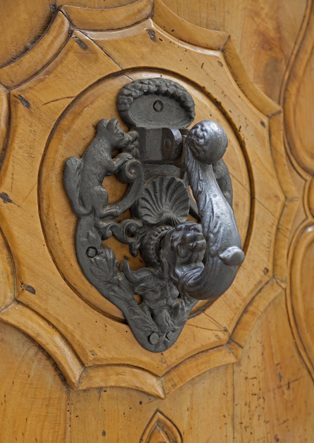 Ornements symboliques d'un heurtoir de porte à Gérone