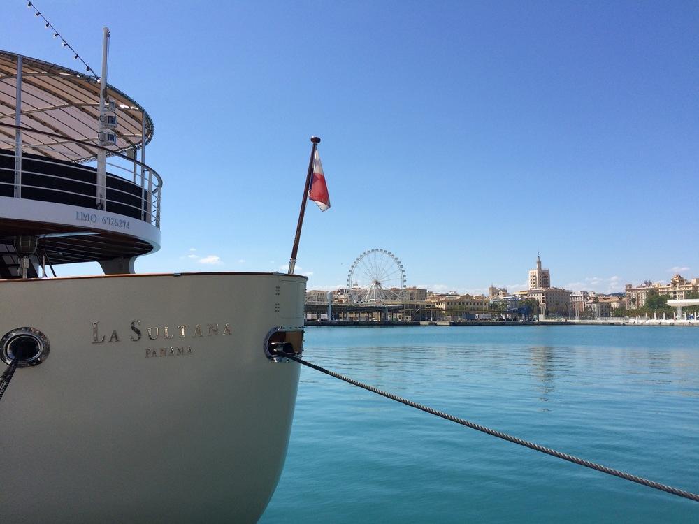 Yacht de luxe vu du Paseo del Muelle Dos