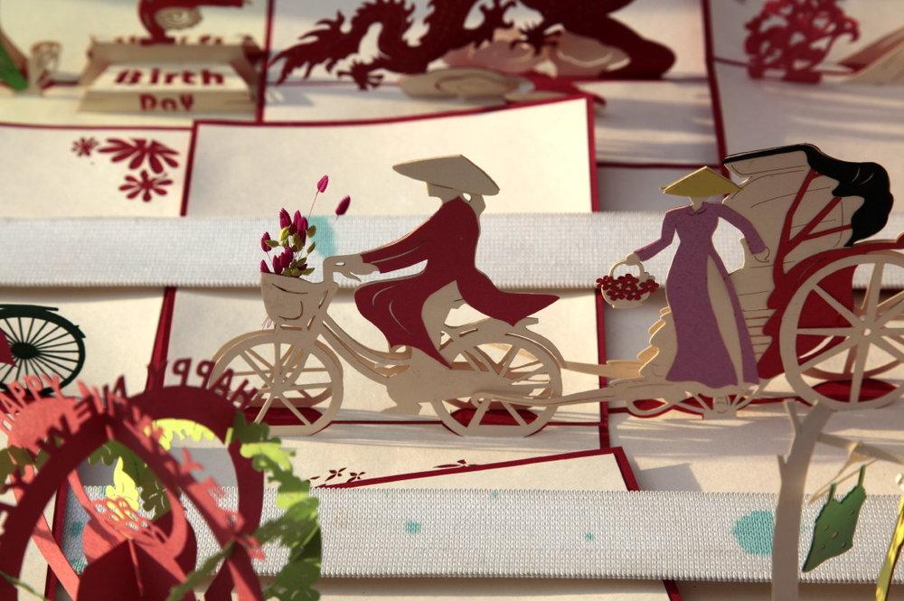 Papiers découpés, jolies cartes postales faites à la main