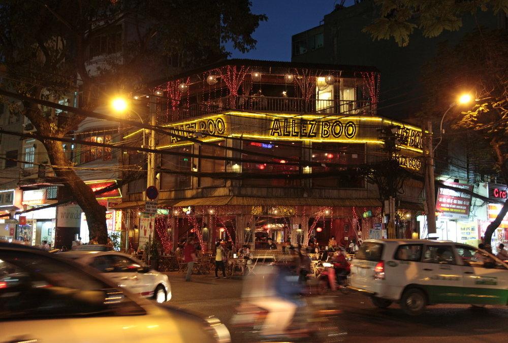 Mythique et trépidante, la vie nocturne de Pham Ngu Lao Street. District 1