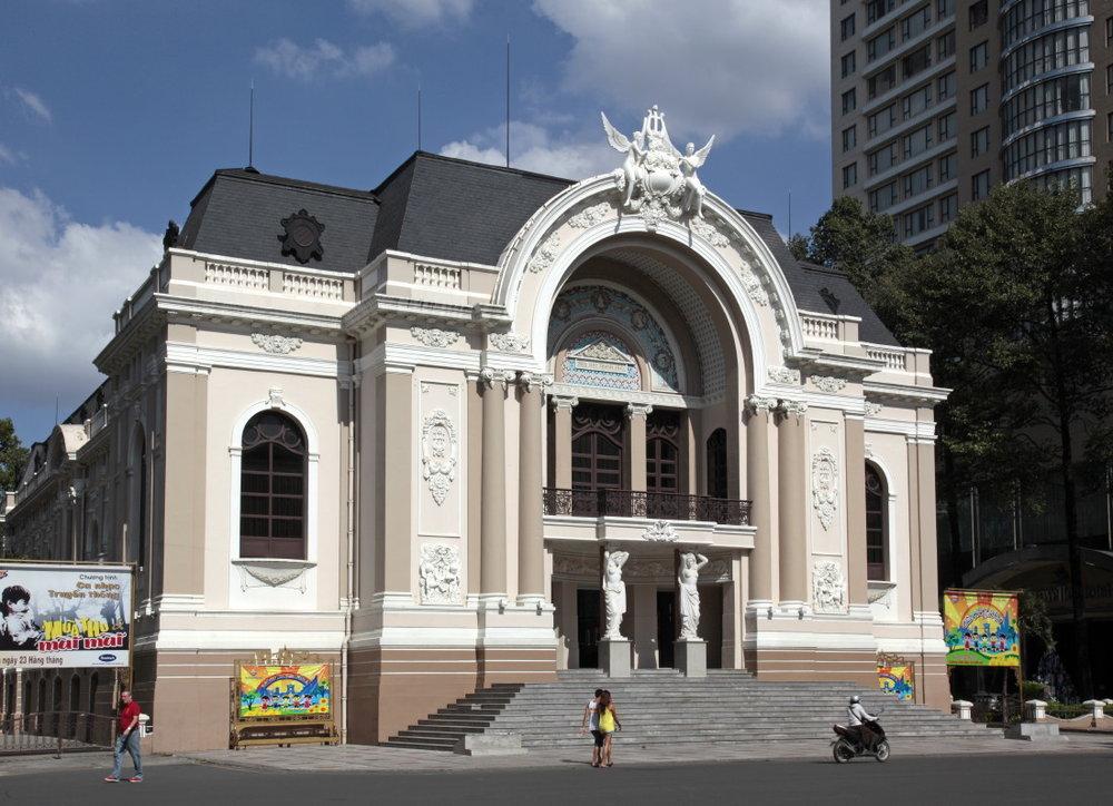 Non loin, l'Opéra de Saigon, tout relifté