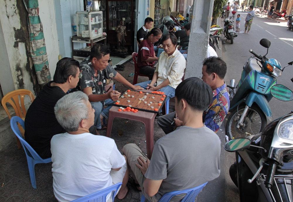 Hors du temps, une partie de jeu d'échec chinois sur les Champs-Elysées saigonais