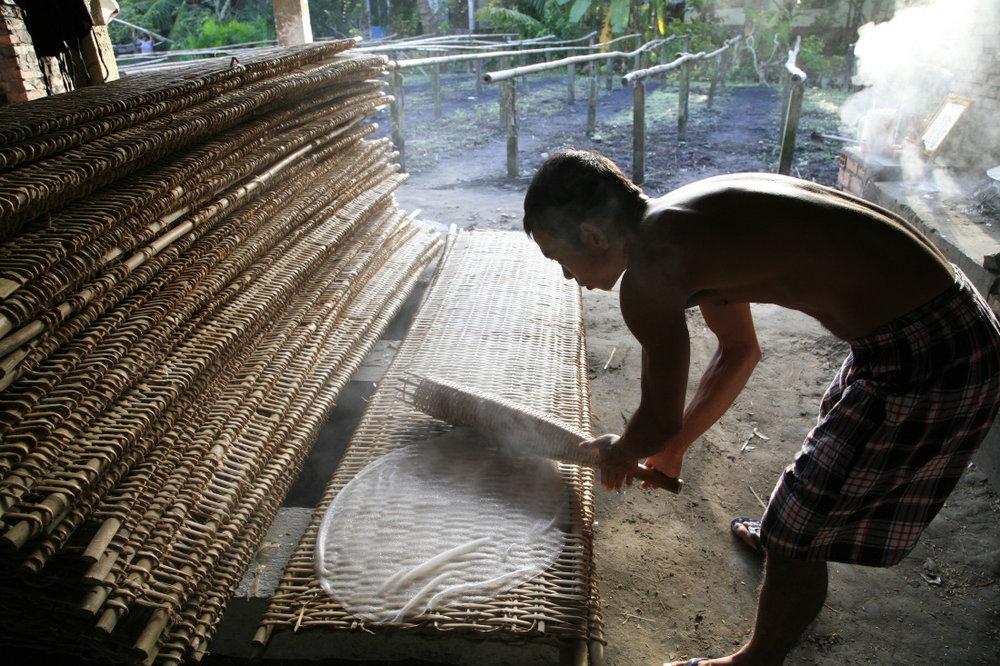 La fabrication des galettes de riz (nem), près de CanTho