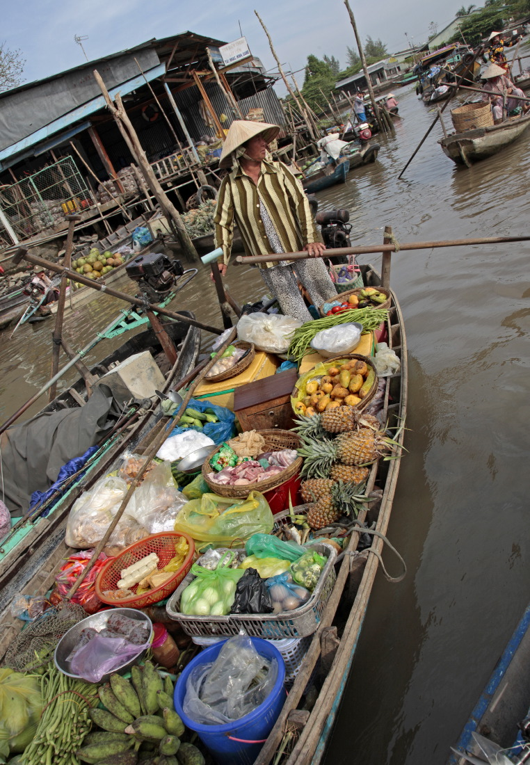 Sur le marché matinal flottant de Cantho
