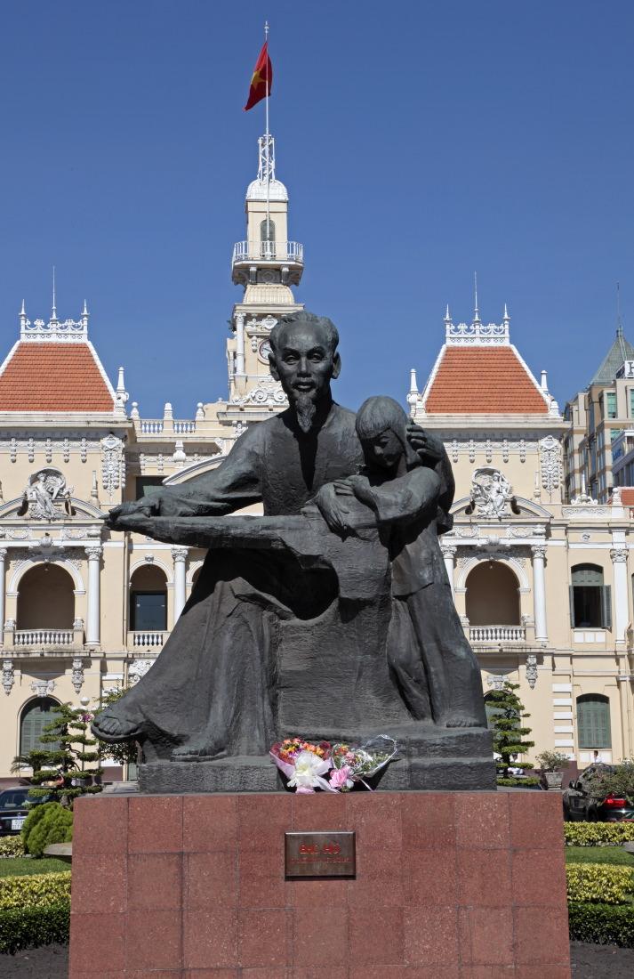 Statue de l'oncle Ho et l'ancien Hôtel de ville de Saigon