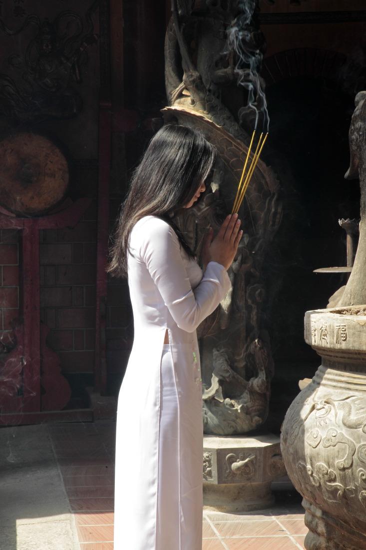 Jeune fille à la pagode Ha Chuong Hoi Quan (Cholon), HCMV