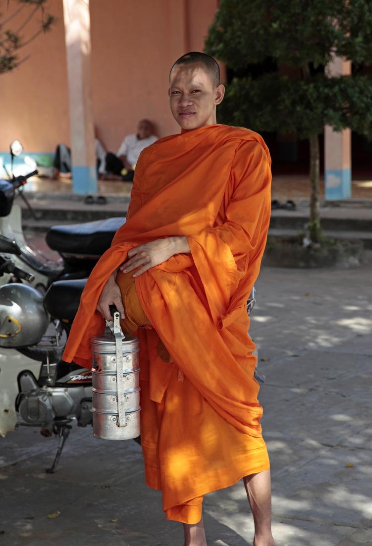 Le moine et son repas, delta du Mékong