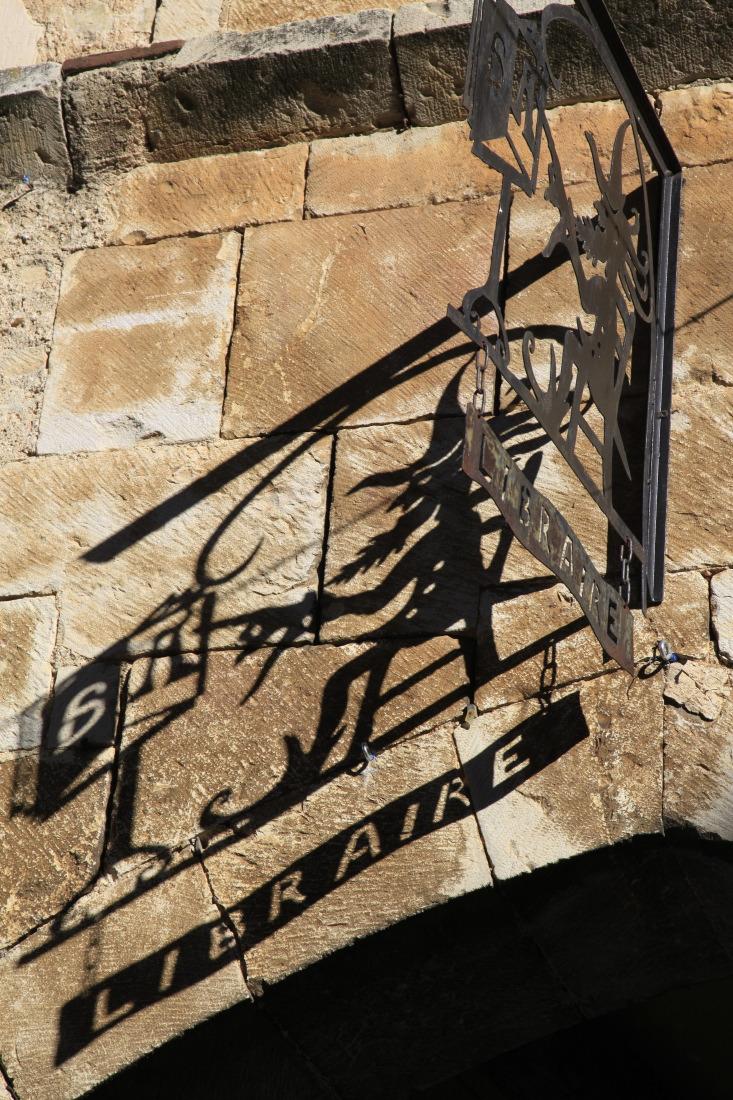 Villeneuve d'Aveyron, enseigne en fer forgé. aucune fausse note !