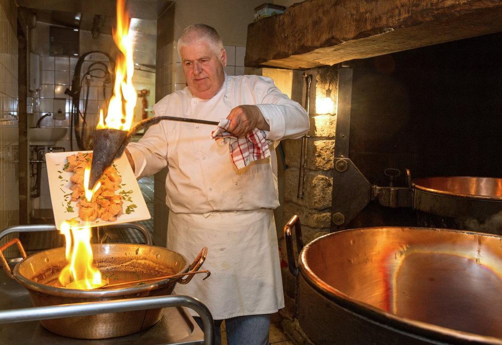 Jacques Carles, foie gras et chaudron de cuivre sur feu de bois © JJ Serol