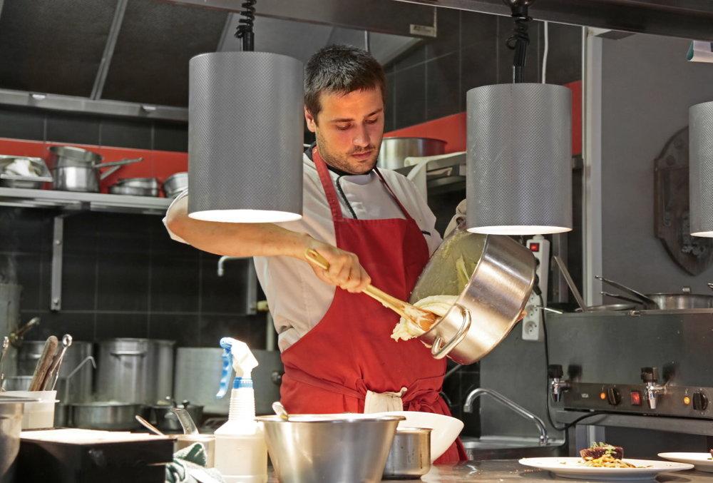 Quentin Bourdy, cuisinier de l'émission Top Chef sur M6 bat l'aligot dans les cusisines de l'UNIVERS ©JJ Serol