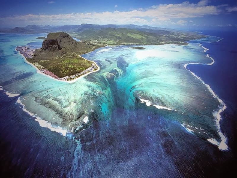 Absolutely-Stunning-Illusion-of-an-Underwater-Waterfall-in-Mauritius.jpg