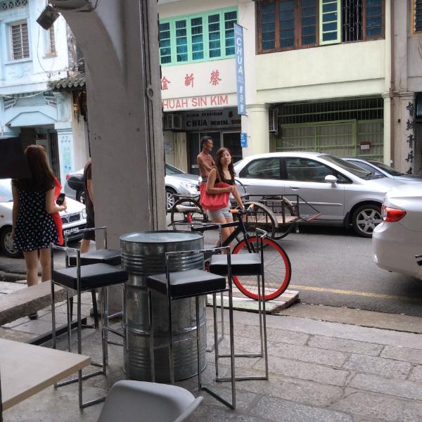 喝咖啡望街外,让游人也把自己看成旅途景点之一。