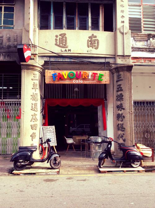 馆的名很新颖,却是老街里的老店之一。               Papa   年轻时曾用那摩托载妈妈兜风,哈哈。