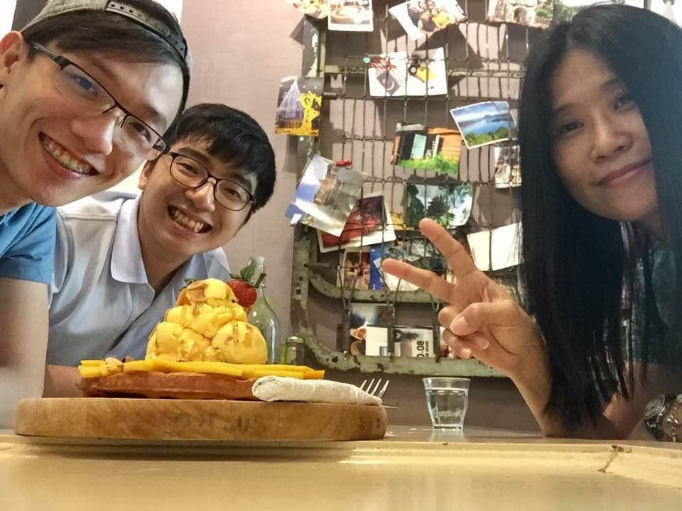 庚翰、佑隆、Mango Mango 甜品、我。        妹妹在我右边身后,因为害臊躲着不要出镜,嘻嘻。