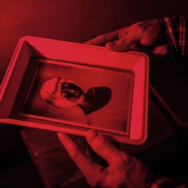 """От тех, кто раньше сам проявлял пленки или видел как это делают, мы часто слышим вопрос: """"А где же красная лампа?"""". ⠀ Согласны, красный свет — это антуражно, но он вовсе не обязательный атрибут проявки. Загадка в том, что это единственный свет, который можно использовать при работе со светочувствительными материалами. Под его воздействием фотографии не засвечиваются. Но использовать его можно только в случае, если помещение полностью затемнено. ⠀ Поэтому на мероприятиях мы работаем с не менее антуражной переносной фотолабораторией 1942 года. О ней можно почитать по хэштегу #shipr_in_a_nutshell. А красный свет используем только в студии, чтобы наглядно показать все этапы проявки. ⠀ **************************************** #шипр #фотоателье #shipr #alternativeprocess #vintagephoto #mobilestudio #eventplanner #eventplanning #wedding #eventprofs #corporateevents #ретрофото #ретро #sepia #сепия #стариннаякамера #выездноефотоателье #организациясвадьбы #развлечениенамероприятие"""