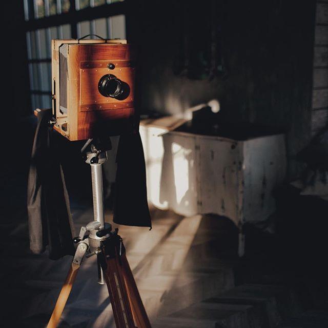 Наши камеры очень фотогеничны и обычно привлекают массу внимания. А еще мы любим развешивать фотографии на веревку с прищепками. Красота же! ⠀ За фотографии спасибо Наде @nadia.pro ✨ ⠀ **************************************** #шипр #фотоателье #shipr#alternativeprocess #vintagephoto #mobilestudio #eventplanner #eventplanning #wedding #eventprofs #corporateevents #ретрофото #ретро #sepia #сепия #стариннаякамера #выездноефотоателье #организациясвадьбы #развлечениенамероприятие