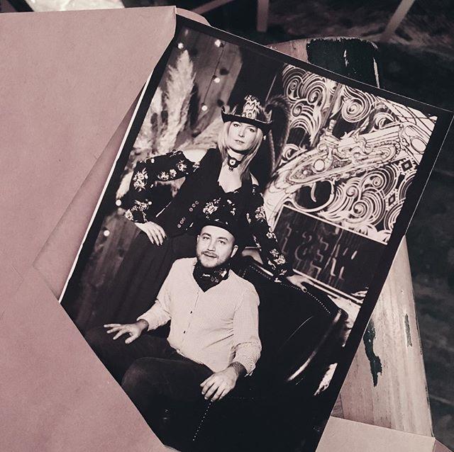 Вечеринки с нашим участием бывают разными. Вот, например, ковбои и индейцы Дикого Запада снятые на старинную камеру. ⠀ А вы уже начали придумывать тему новогоднего корпоратива? 😉 **************************************** #шипр #фотоателье #shipr#alternativeprocess #vintagephoto #mobilestudio #eventplanner #eventplanning #wedding #eventprofs #corporateevents #ретрофото #ретро #sepia #сепия #стариннаякамера #выездноефотоателье #организациясвадьбы #развлечениенамероприятие