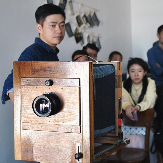 """Вы же знаете, что у нас можно заказать не только выездную фотостудию, но и мастер-класс? ⠀ Взрослым и детям мы рассказываем про технологии получения изображения в доцифровую эпоху, показываем, что на самом деле происходит в """"красной комнате"""", и учим снимать на деревянные камеры. ⠀ А еще у нас есть выездные мастер-классы по съемке на пленку и печати фотографий. Так что если вы хотите не только веселое, но и познавательное мероприятие — вы знаете, кому писать😉 ⠀ За фото спасибо @greymocha 💕 **************************************** #шипр #фотоателье #ретрофото #ретро #фотостудиявмоскве #shipr #alternativeprocess #vintagephoto #путешествиевовремени #sepia #сепия #стариннаякамера #выездноефотоателье #развлечениенамероприятие #пленочныймастеркласс #детскиймастеркласс"""