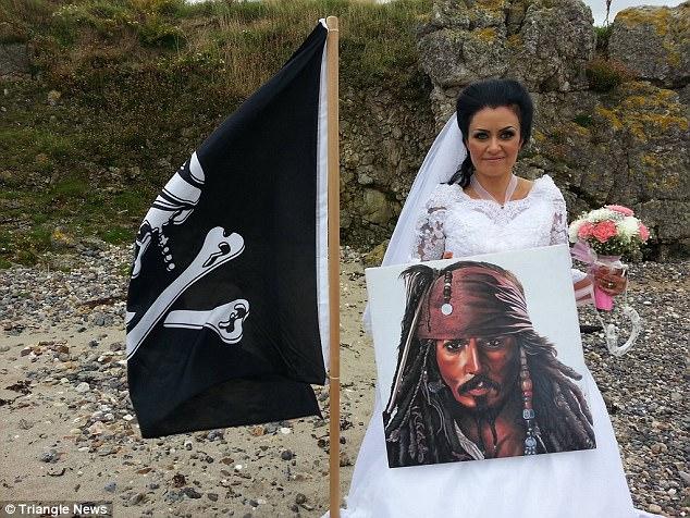 482062C700000578-5267479-Amanda_Teague_married_a_Haitian_pirate_named_Jack_in_a_ceremony_-a-1_1515929760734.jpg