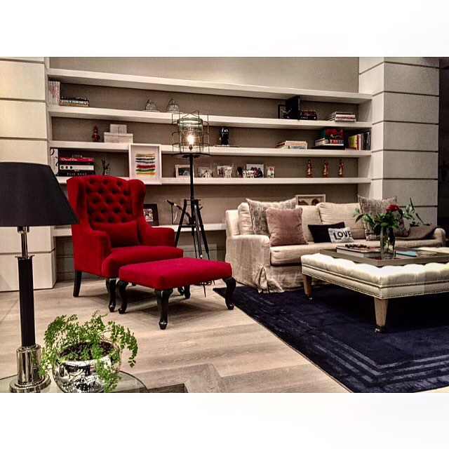 #familyroom #tvroom #warmandcozy #interiordesign #arquitecturadeinteriores #arquitectura #interiors #interiordesigner #interiores #bestdesign #art#accessories #lighting #librery #bookcase #casadio #ralphlauren #red#decor #luxuryinteriors #badesign #dotfiftyone