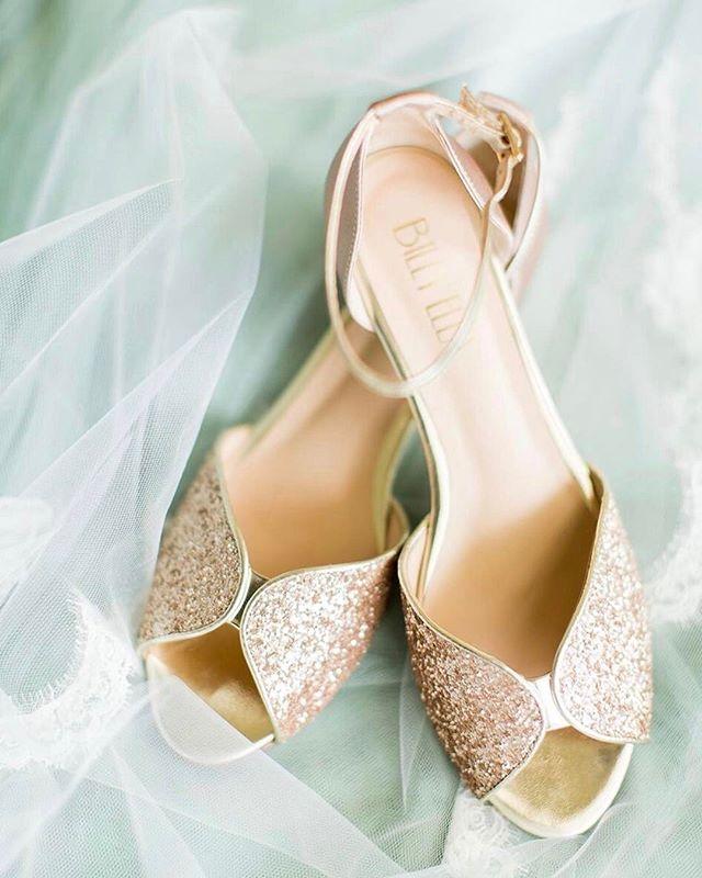 Dainty wedding shoes 💕⠀ ⠀ #emilyanddaniel #weddingphotography #weddingphoto #weddingshoes #dancingshoes #glitter #pinkweddingshoes