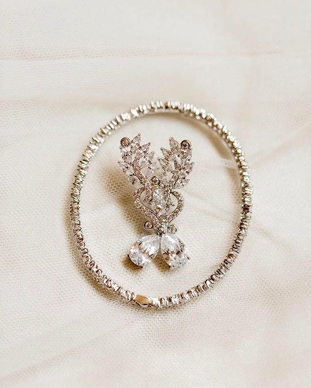 I loved Alexis' bridal jewelry set! ⠀ ⠀ #emilyanddaniel #weddingphotographer #weddingphotography #weddingearrings #laceweddingdress #weddingjewelry #diamonearrings