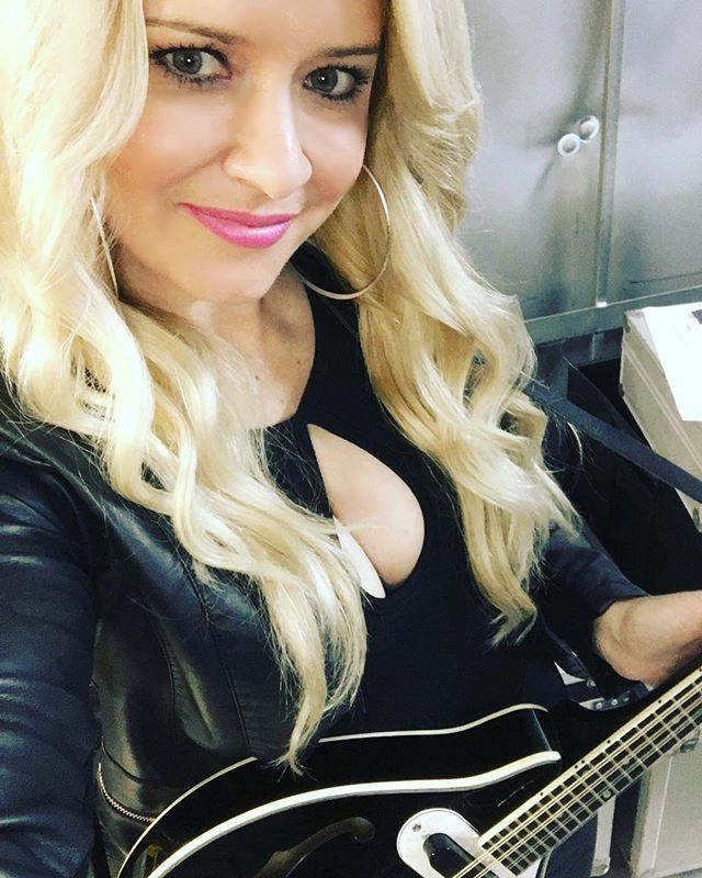 Rocking the mando tonight!! 😝😝#georgiafall #mandolin #leather #blonde #thisisqueensland #curls