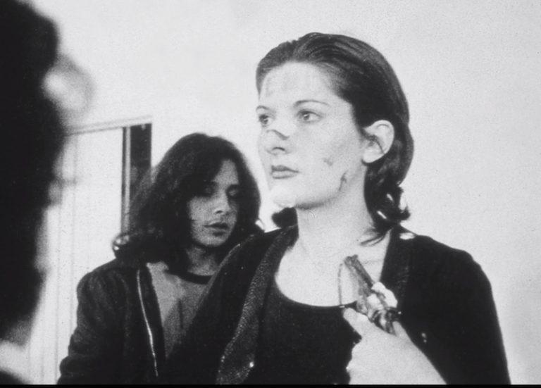 Ritmo 0 , de Marina Abramovic, performance de 1974 em que a artista se deixou manipular pelo público