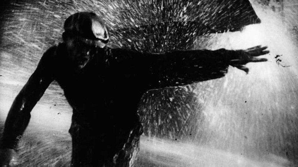 Cena da repressão dos grevistas com jatos d'água em  A Greve  (Eisenstein, 1925)