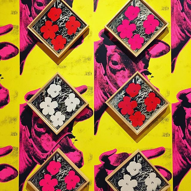 Love Andy Warhol's World!#interiordesign #art #wallpaper #flowers
