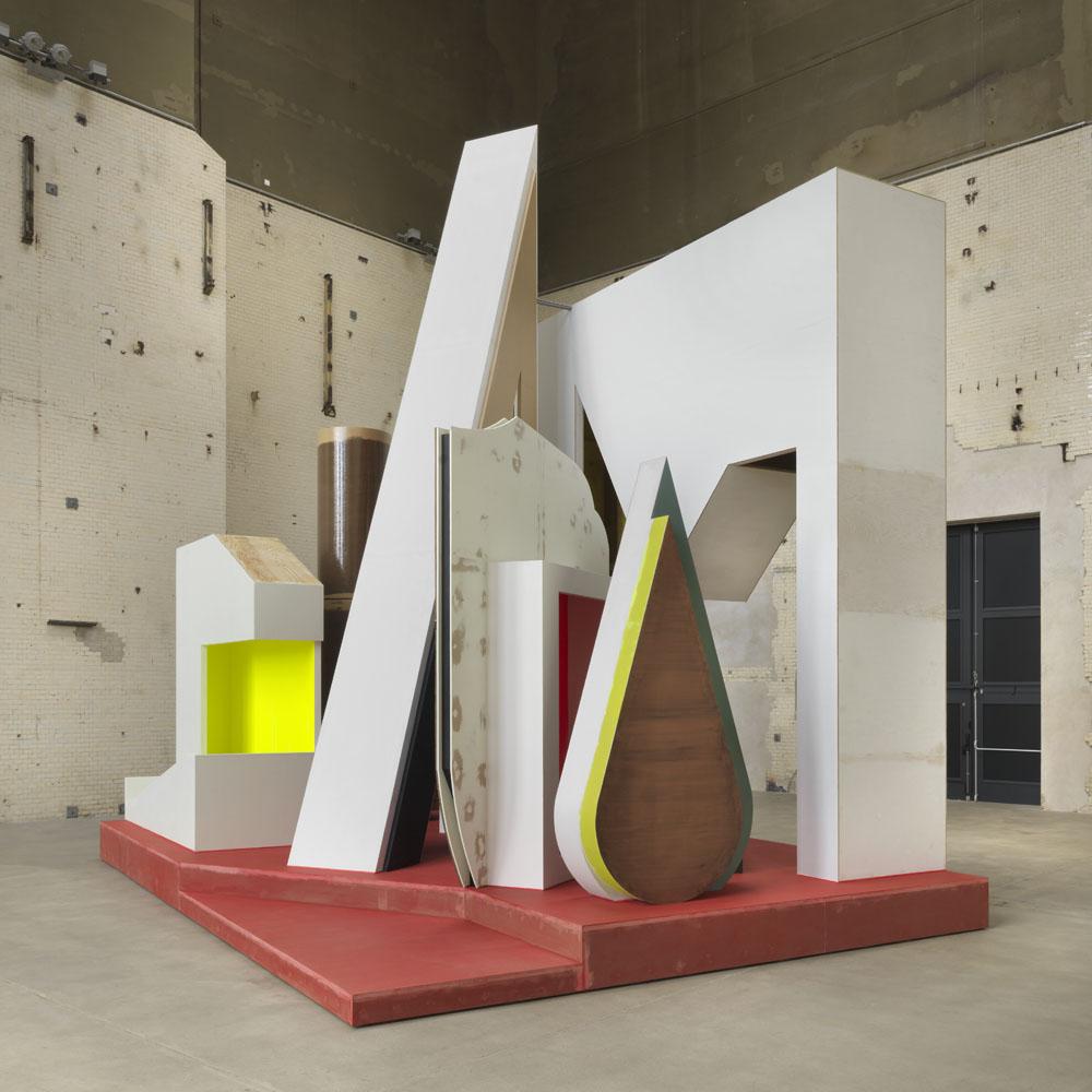 Thomas Scheibitz,  Plateau mit Halbfigur,  Ausstellungsansicht KINDL – Zentrum für zeitgenössische Kunst; © Thomas Scheibitz / VG BILD-KUNST, Bonn, 2018, Foto: Jens Ziehe