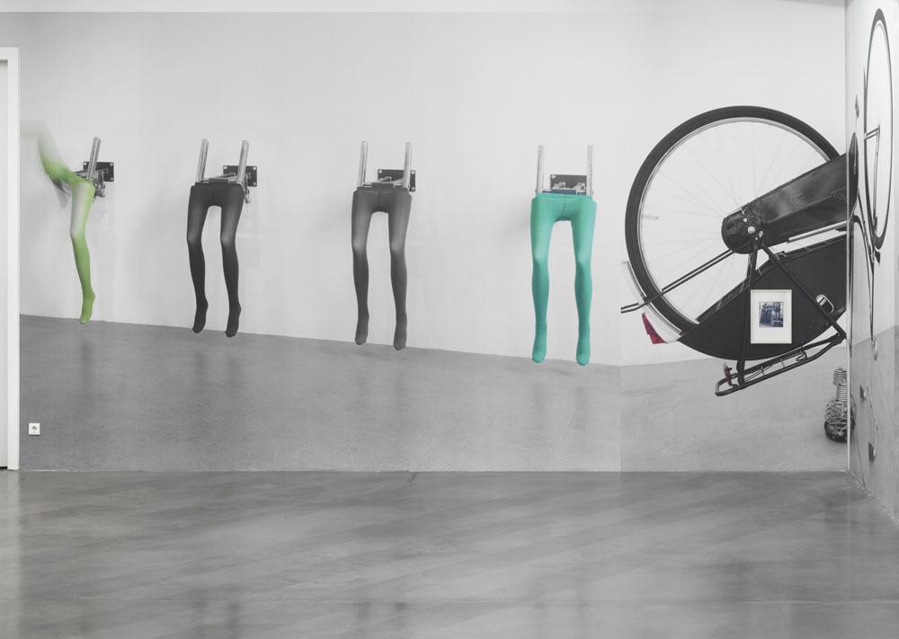 Jonathan Monk:  Exhibit Model Four – plus invited guests,  Installationsansicht Maschinenhaus M1, Foto: Jens Ziehe, 2019