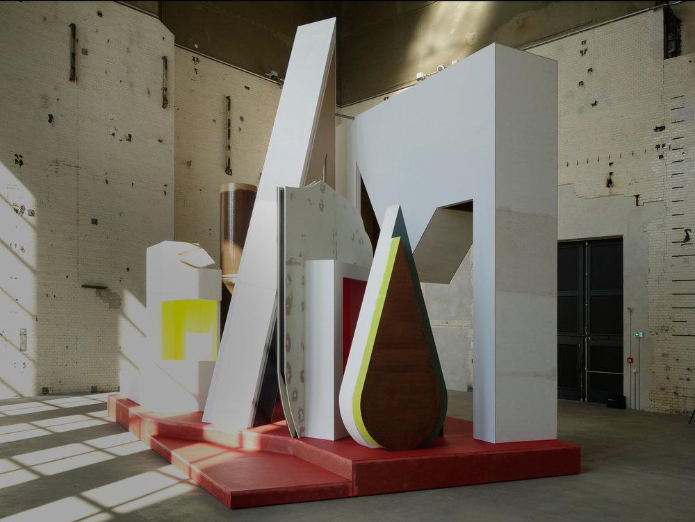 Plateau mit Halbfigur , KINDL – Zentrum für zeitgenössische Kunst, Berlin. Foto: Thomas Scheibitz