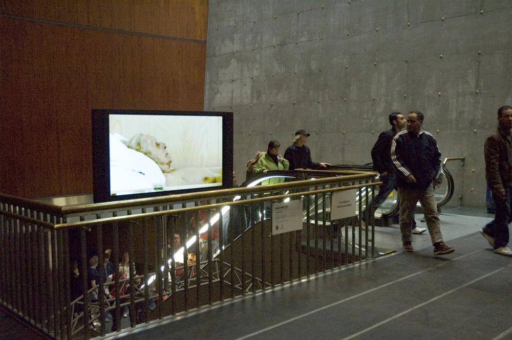 Rom for kunst, Oslo S, Oslo, 2007   En portrettdokumentar av en eldre kvinnes liv på sykehjem. Kameraet er nært og fokuserer på subjektiv oppfattelse.